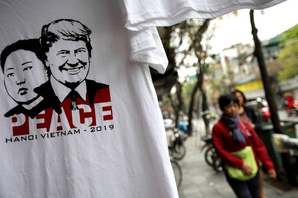 Những mẫu print-ad bắt trend hội nghị thượng đỉnh Mỹ-Triều. Những chiếc áo có in hình ảnh Tổng thống Trump và Chủ tịch Kim cùng với biểu tượng hoà bình của Thủ đô Hà Nội